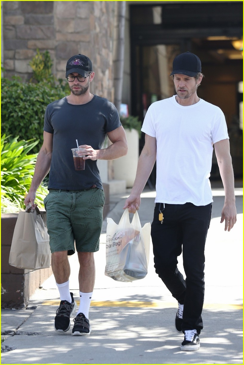 chace crawford grabs groceries with a friend 04