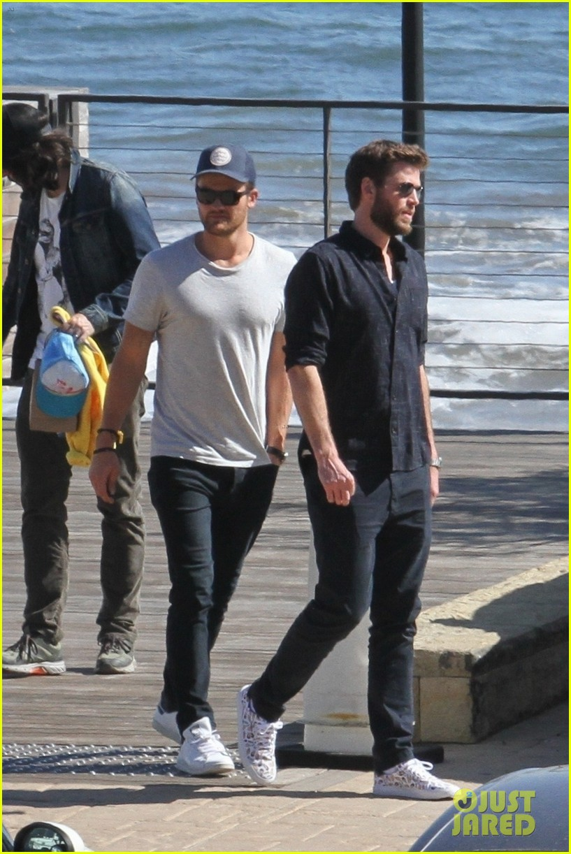 Miley Cyrus Amp Liam Hemsworth Join Family For Sunday Lunch