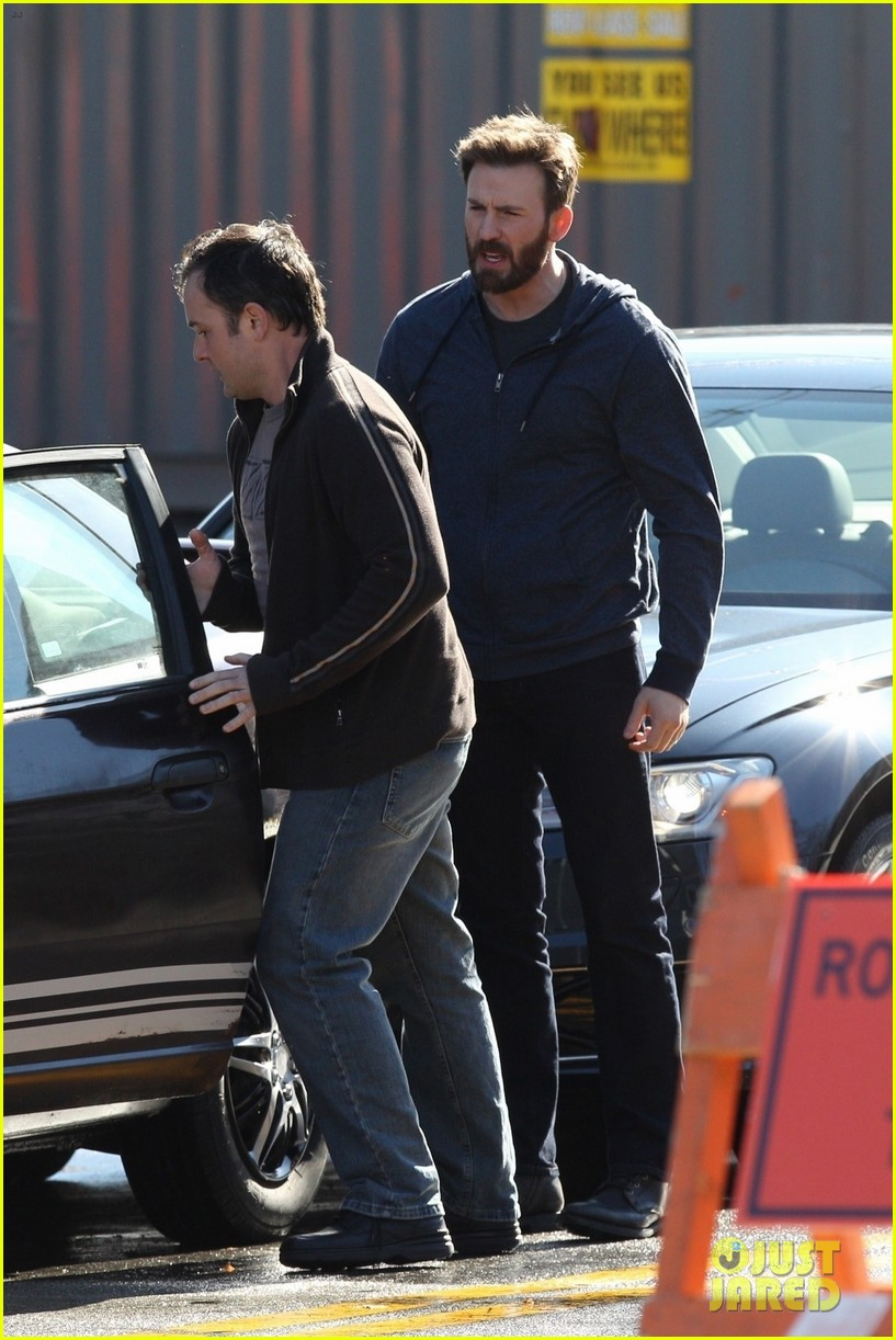 http://cdn01.cdn.justjared.com/wp-content/uploads/2019/04/evans-film1/chris-evans-films-defending-jacob-08.jpg