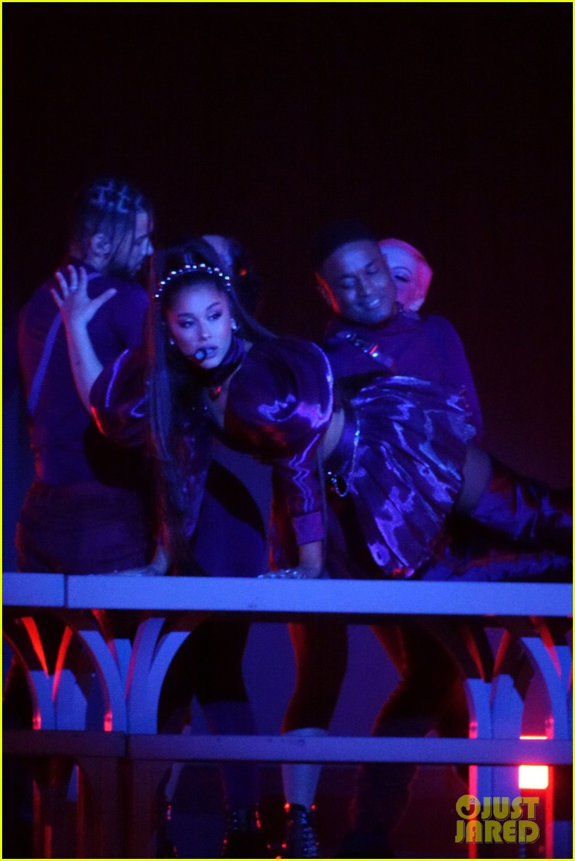 ariana grande closes out the final night of coachellas first weekend 034273177