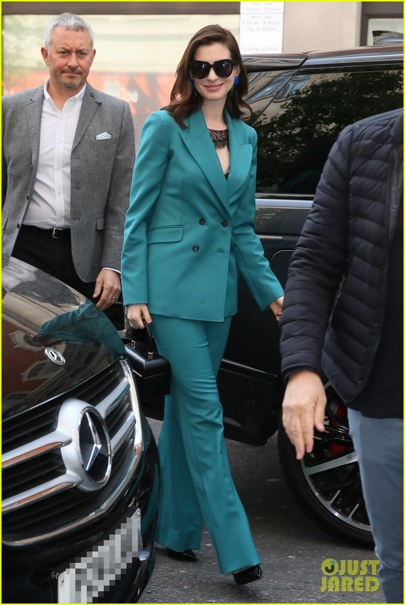 anne hathaway puts fun spin on traditional suit look 104274488