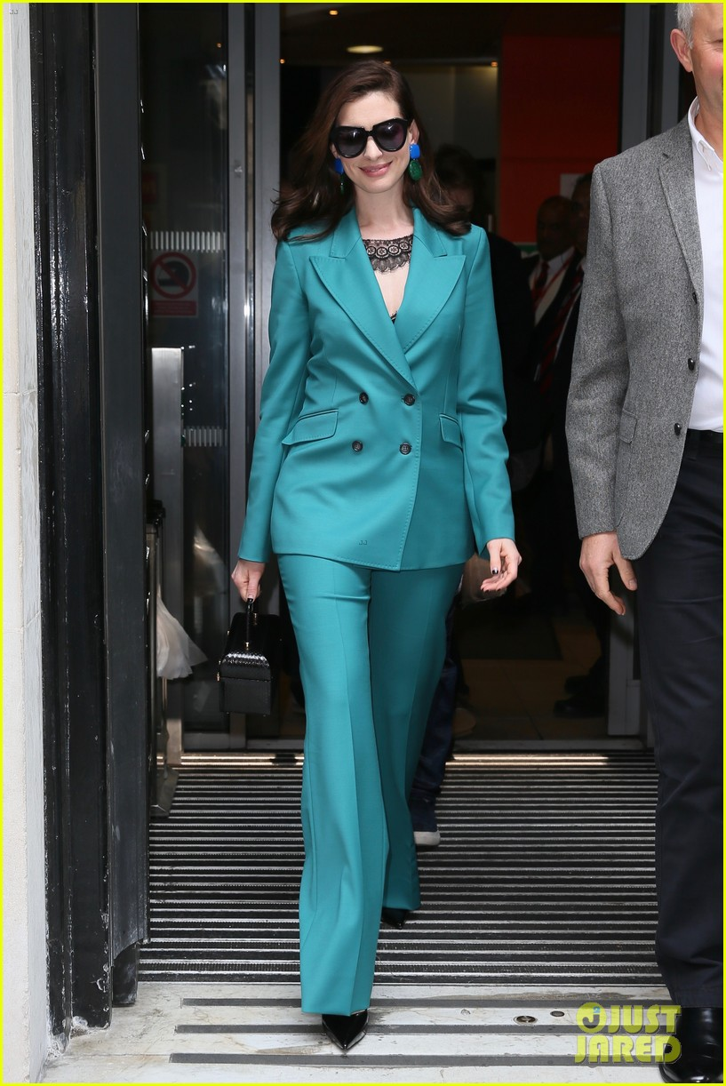 anne hathaway puts fun spin on traditional suit look 194274497