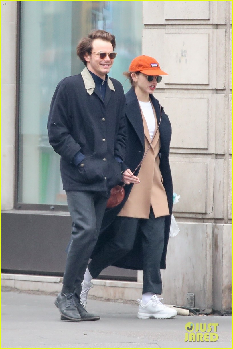 charlie heaton natalia dyer couple up for afternoon stroll 01