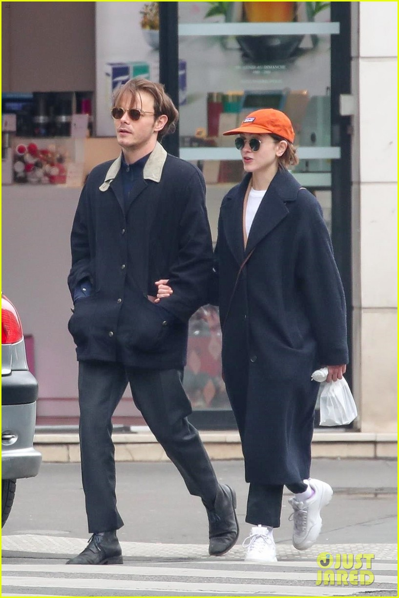 charlie heaton natalia dyer couple up for afternoon stroll 03