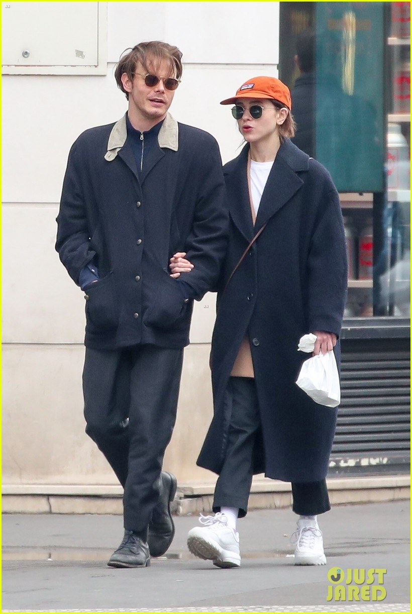 charlie heaton natalia dyer couple up for afternoon stroll 05