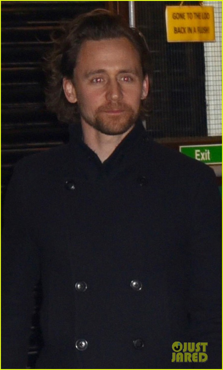 tom hiddleston heads home after betrayal performance 044275637