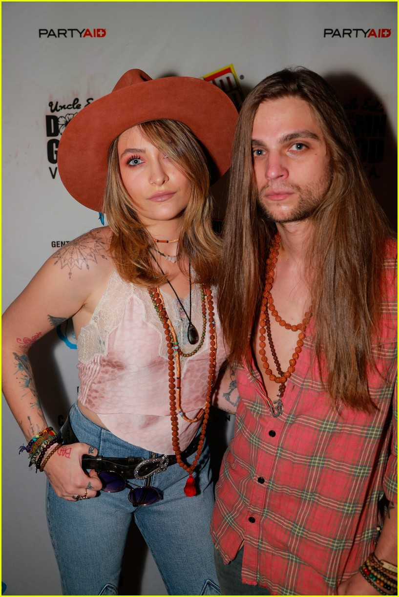 paris jackson bella thorne flaunt party coachella 02