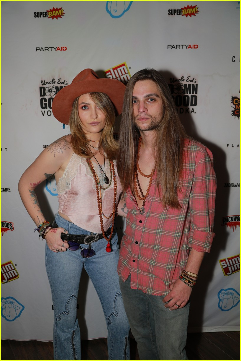paris jackson bella thorne flaunt party coachella 06