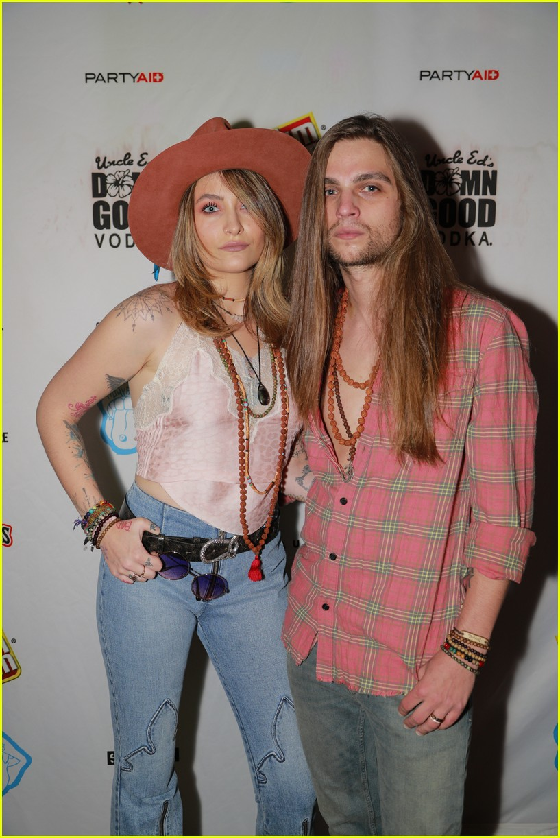 paris jackson bella thorne flaunt party coachella 07