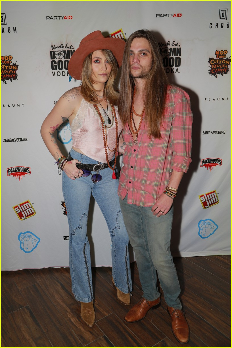 paris jackson bella thorne flaunt party coachella 08