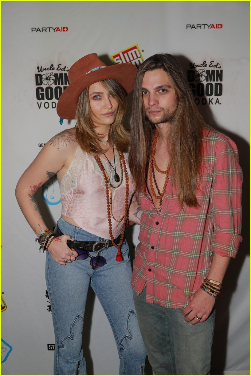 paris jackson bella thorne flaunt party coachella 09