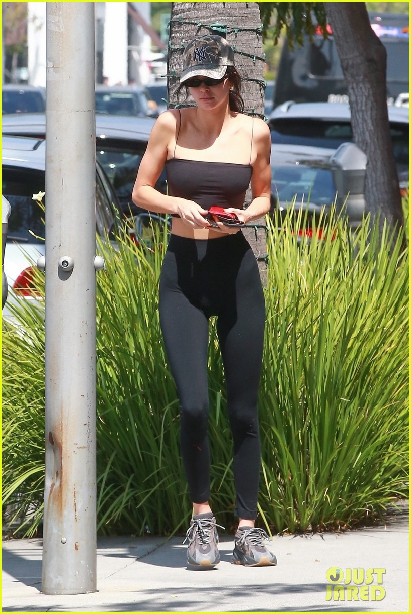 kendall jenner flaunts her figure in crop top after kourtney kardashians birthday 06