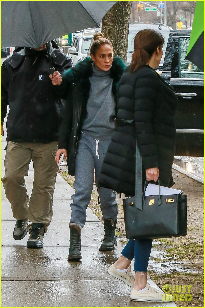 jennifer lopez bundles up on set of hustlers 02