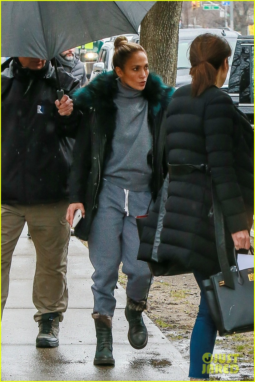 jennifer lopez bundles up on set of hustlers 04