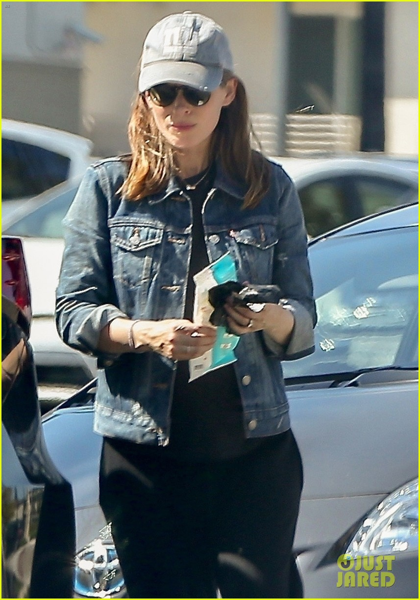kate mara shows off baby bump while shopping 01