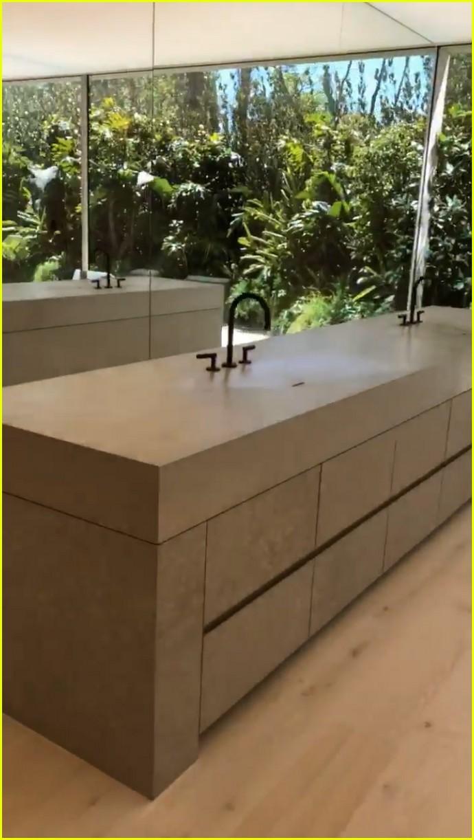 kim kardashian explains bathroom sinks 014274433