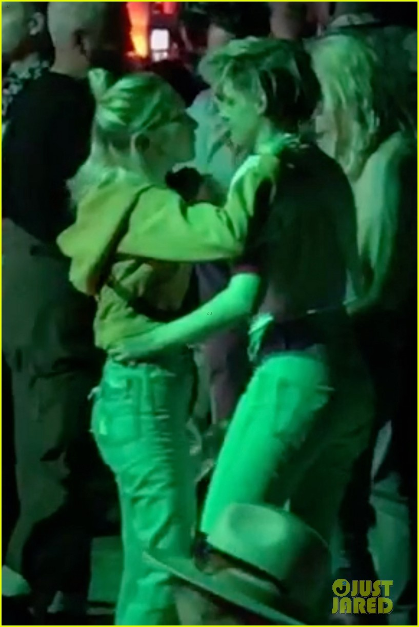 kristen stewart sara dinkin making out coachella 18