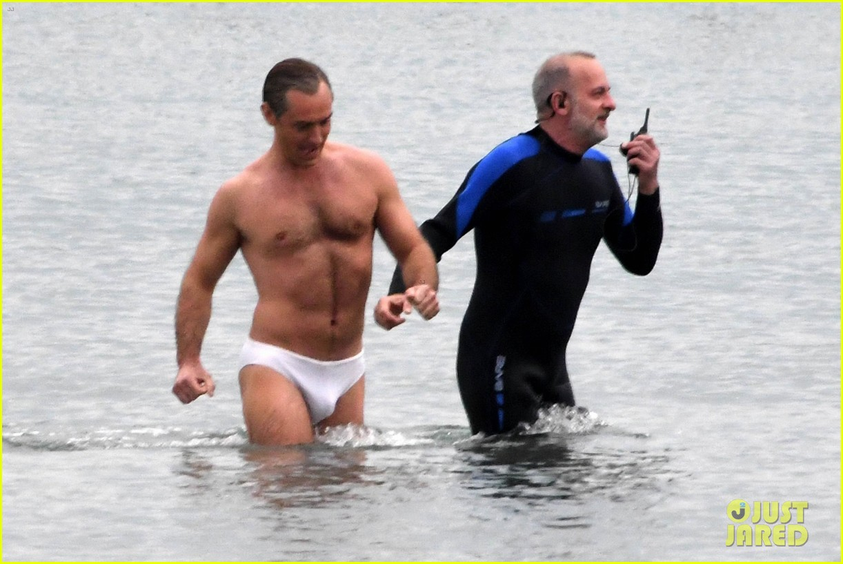 jude law swims in his speedo 15