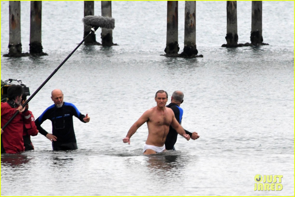 jude law swims in his speedo 21