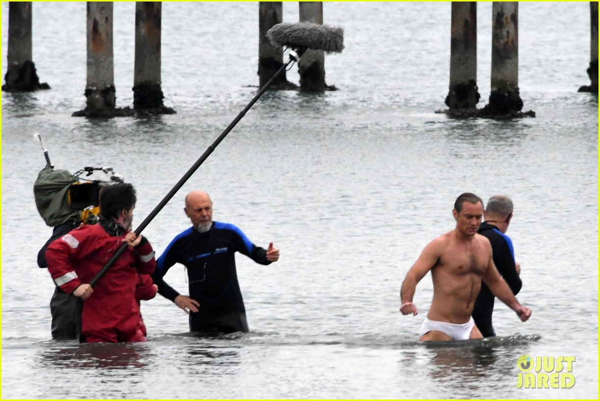 jude law swims in his speedo 23