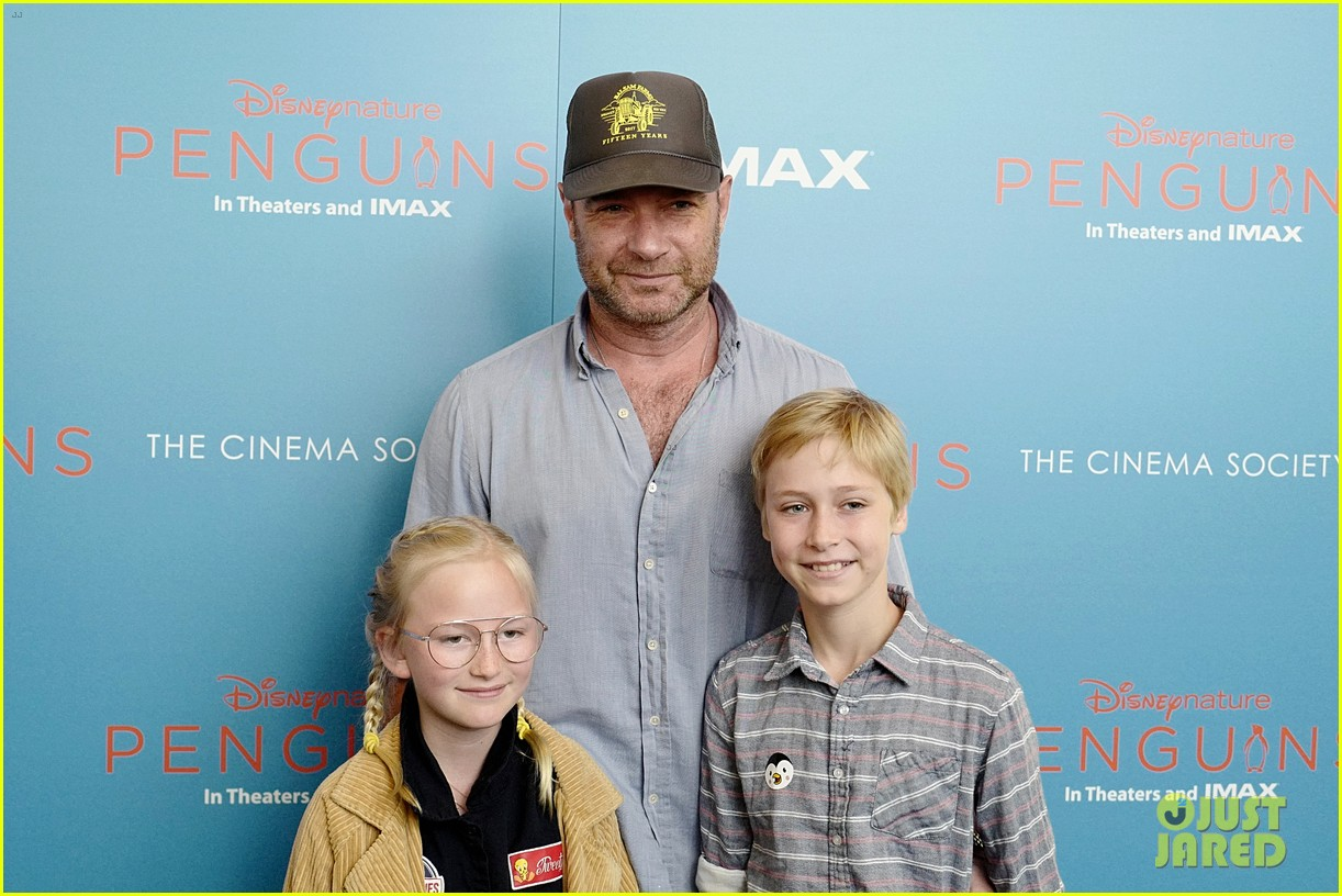 liev schreiber brings his kids to penguins screening 014273090