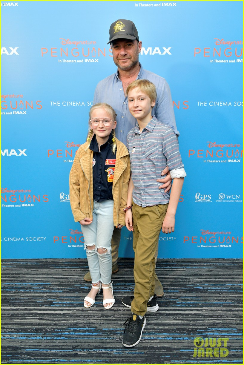 liev schreiber brings his kids to penguins screening 044273093