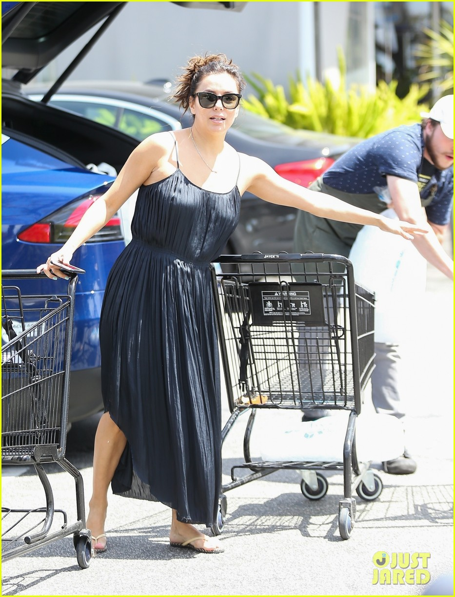 eva longoria has her hands full with two shopping carts 02