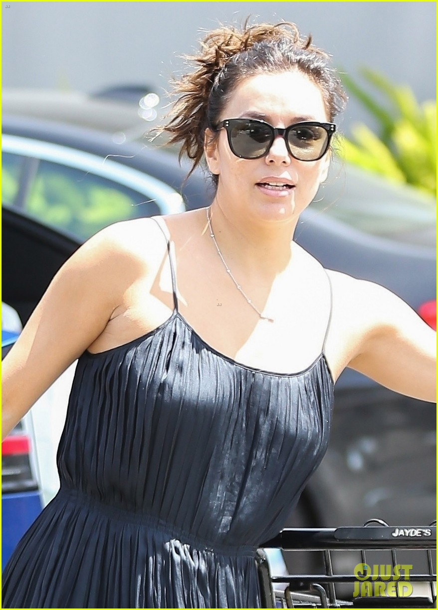 eva longoria has her hands full with two shopping carts 05