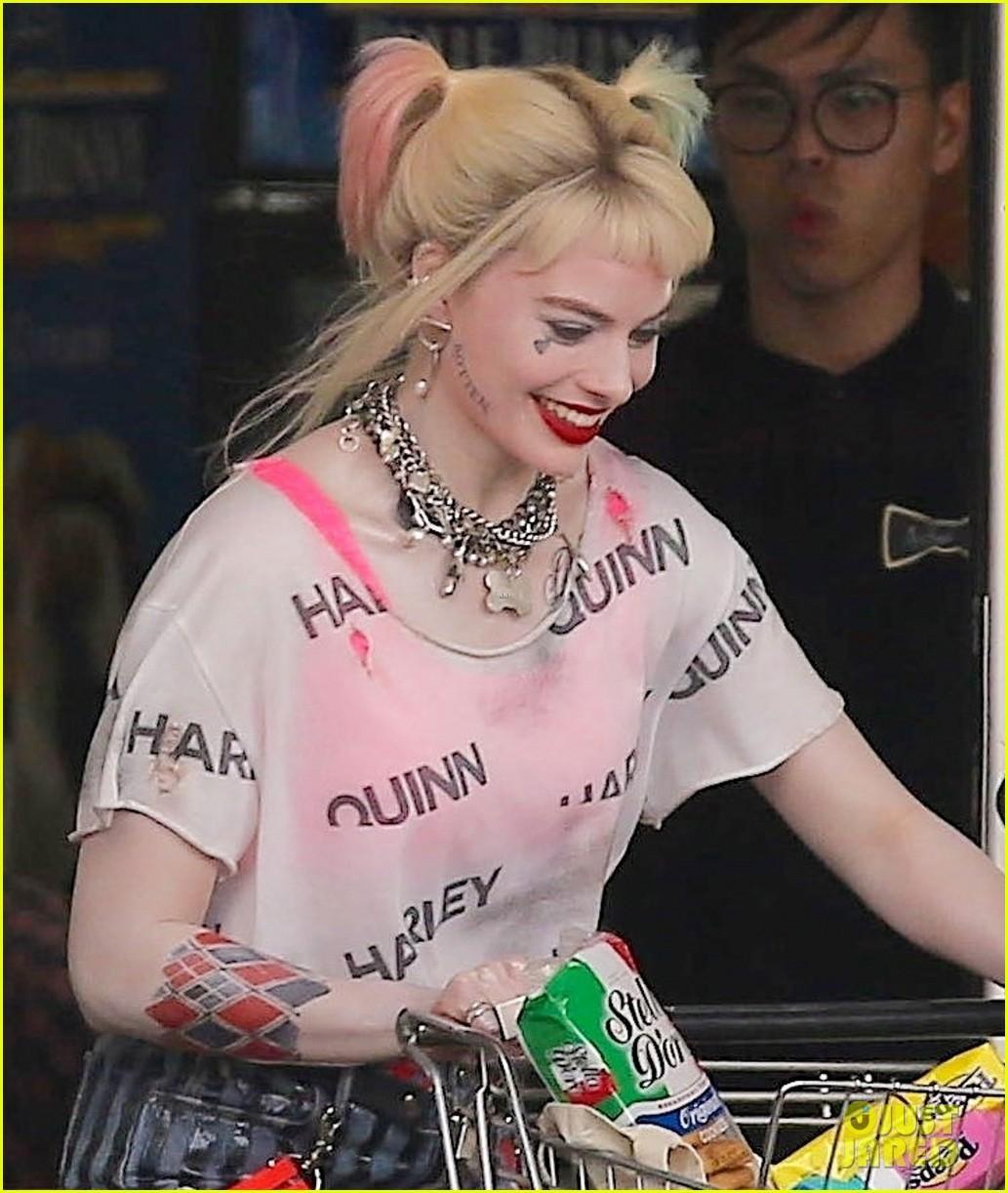 Margot Robbie Goes Snack Shopping As Harley Quinn For Birds Of Prey Scene Photo 4272039 Birds Of Prey Ella Jay Basco Margot Robbie Pictures Just Jared