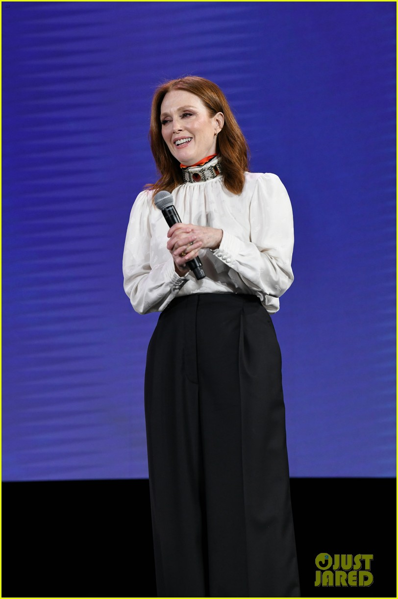 julianne moore attends verizon media upfronts 04