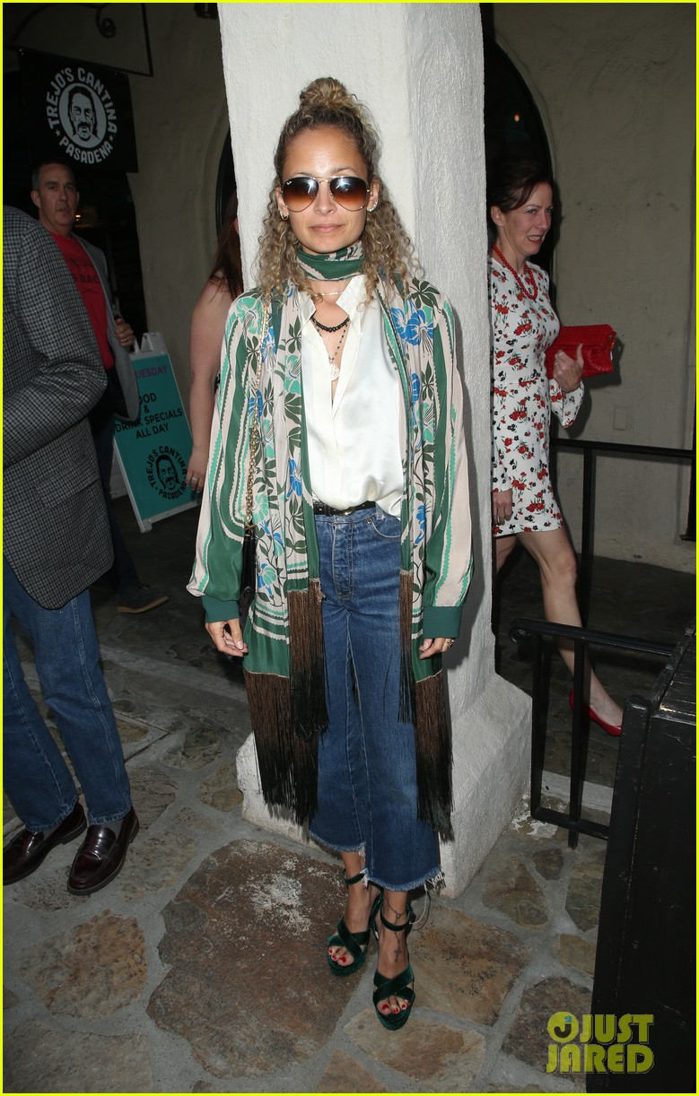 busy philipps nicole richie more support nia vardalos at tiny beautiful things opening night 02