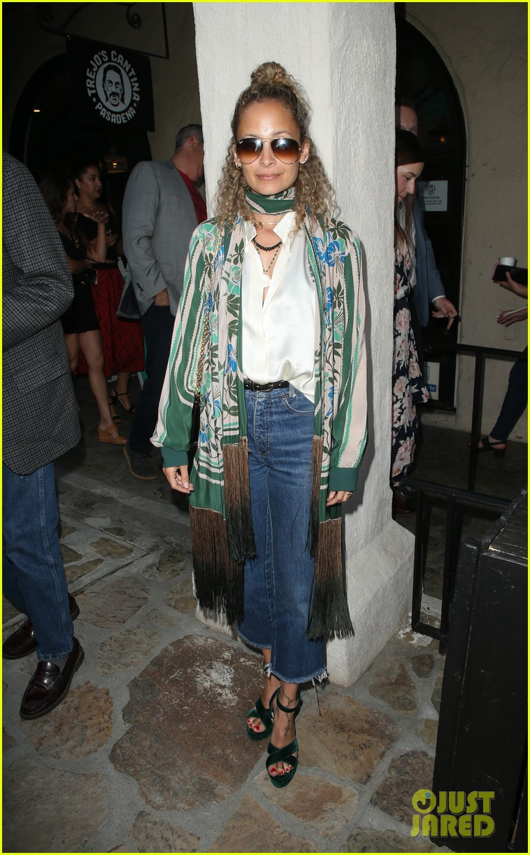 busy philipps nicole richie more support nia vardalos at tiny beautiful things opening night 16
