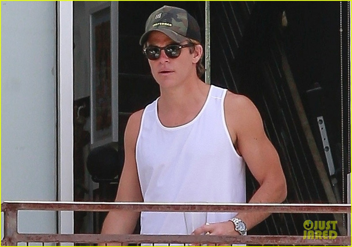 chris pine shows some muscle during workout 03