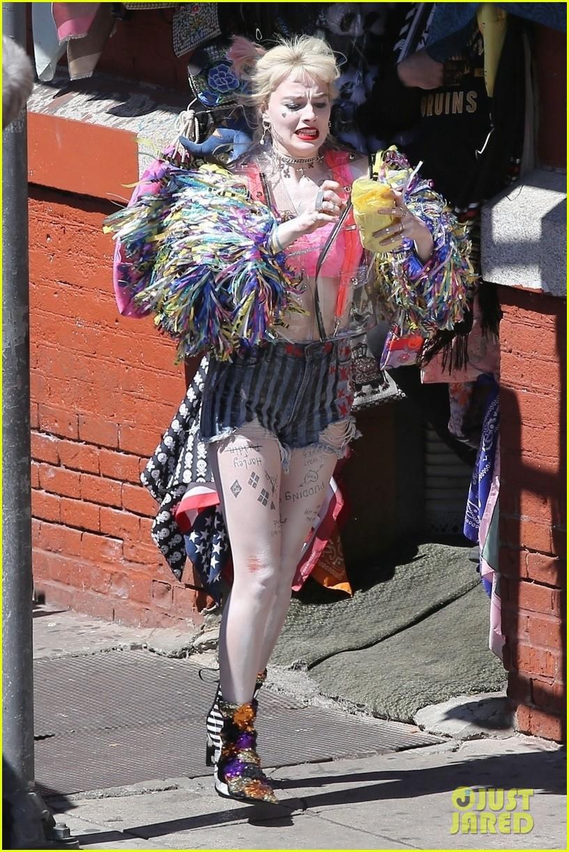 margot robbie harley quinn eats sandwich birds of prey 22