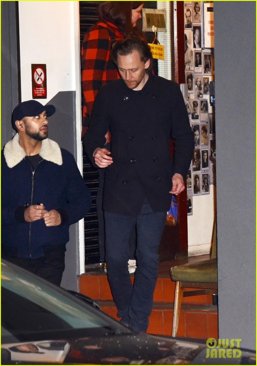 tom hiddleston signs autographs 03