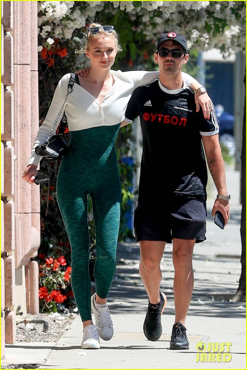 sophie turner joe jonas wrap their arms around each other for lunch 01