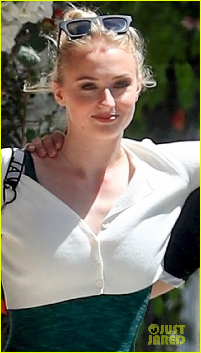 sophie turner joe jonas wrap their arms around each other for lunch 04