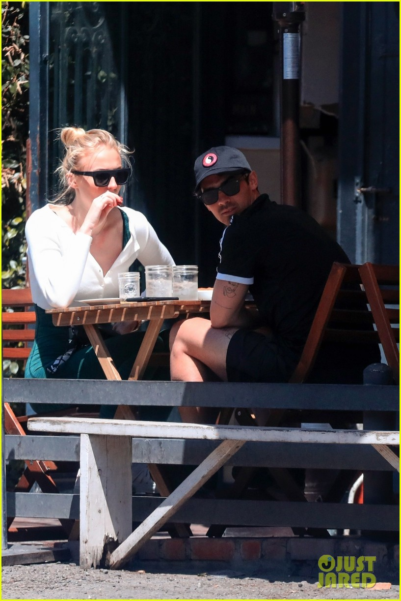 sophie turner joe jonas wrap their arms around each other for lunch 05