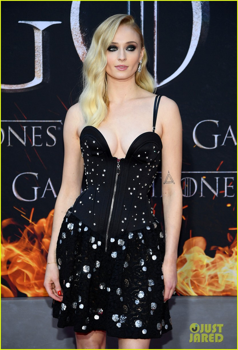 sophie turner gets support from joe jonas at game of thrones season 8 premiere 02