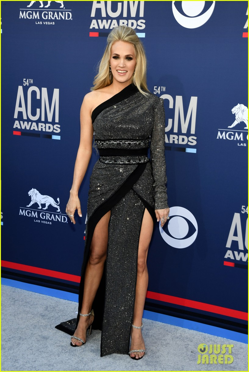 carrie underwood acm awards 2019 mike fisher 01