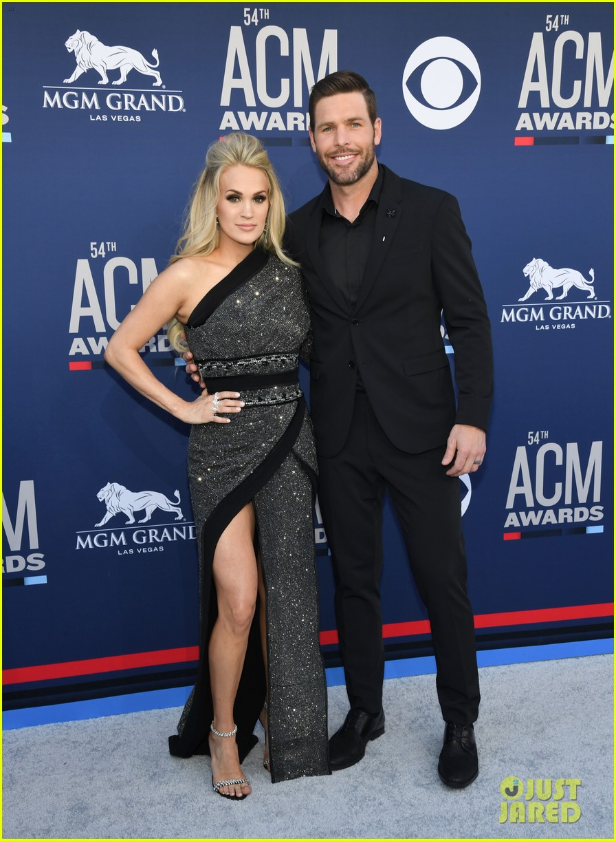 carrie underwood acm awards 2019 mike fisher 02