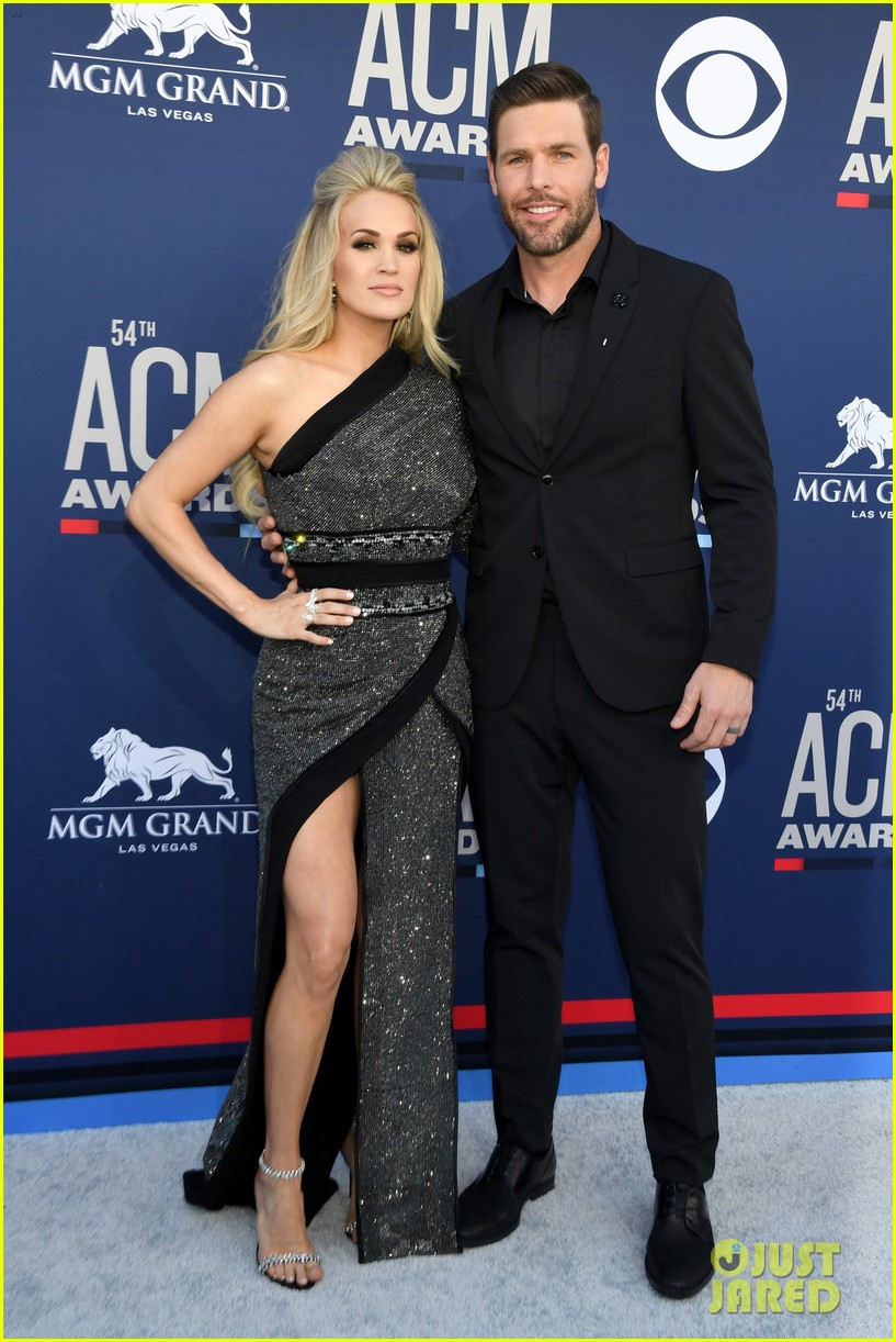 carrie underwood acm awards 2019 mike fisher 03