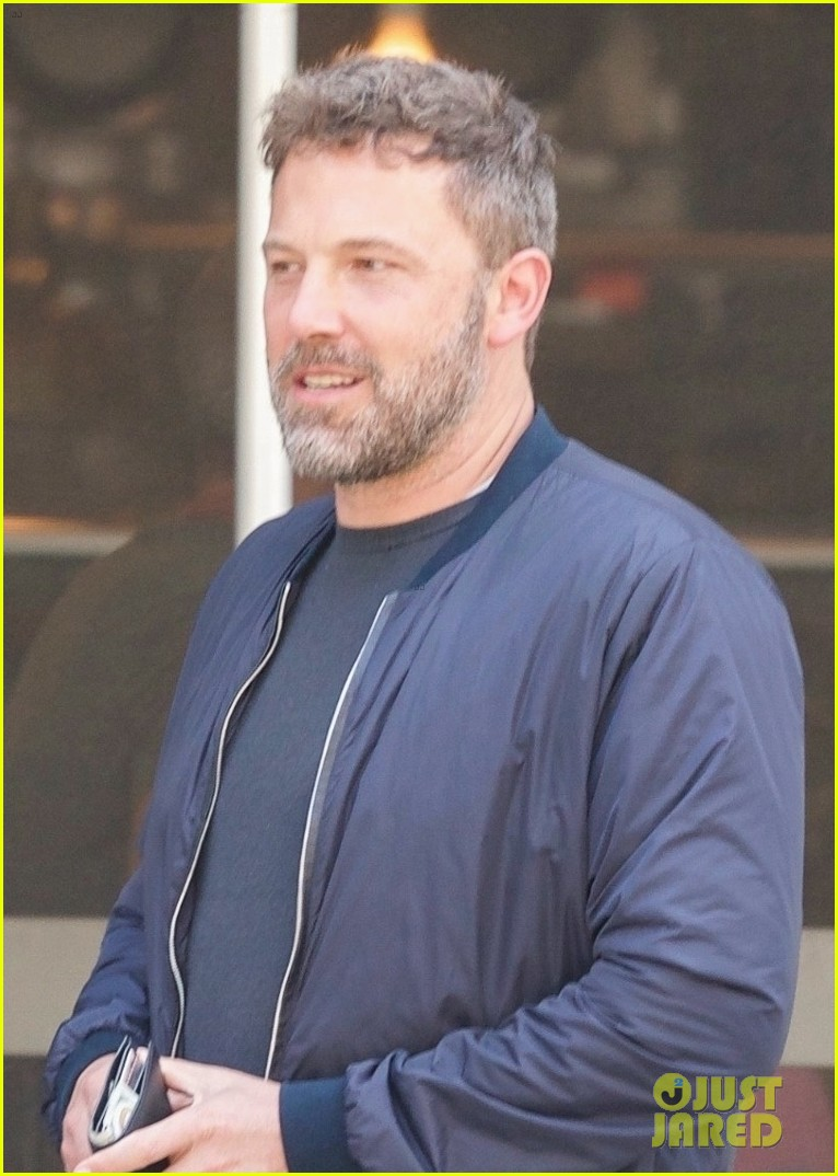 ben affleck matt damon take their moms out for mothers day 04