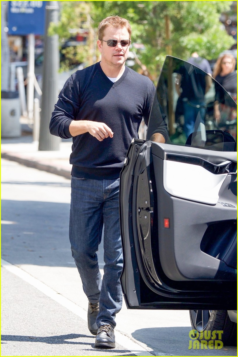 ben affleck matt damon take their moms out for mothers day 05
