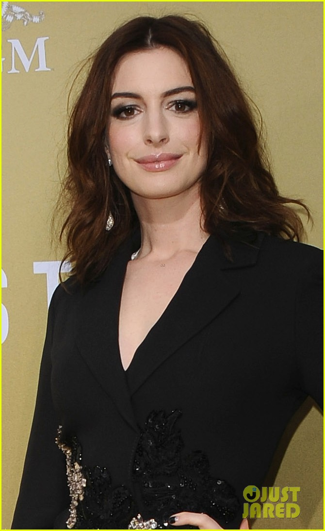 anne hathaway rebel wilson the hustle premiere 064288162