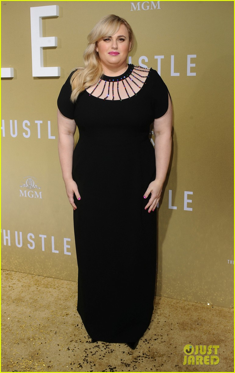 anne hathaway rebel wilson the hustle premiere 104288166
