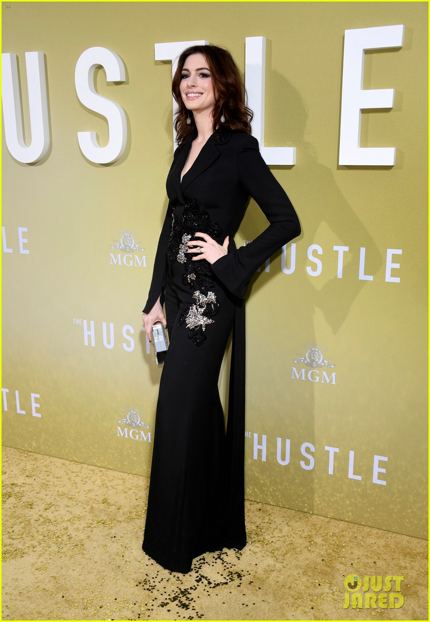 anne hathaway rebel wilson the hustle premiere 144288170