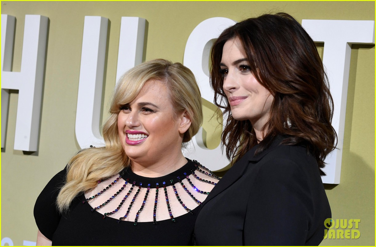 anne hathaway rebel wilson the hustle premiere 184288174