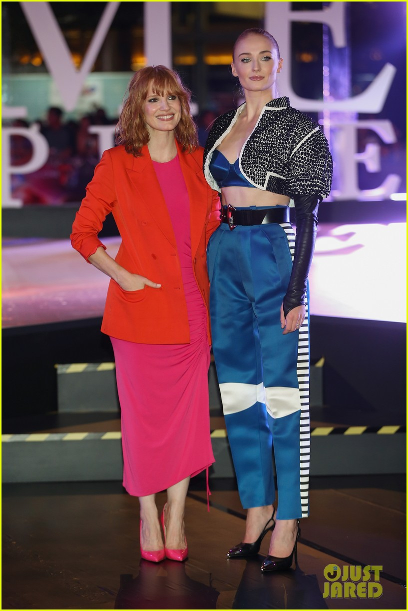 jessica chastain sophie turner team up for dark phoenix fan event in mexico 03