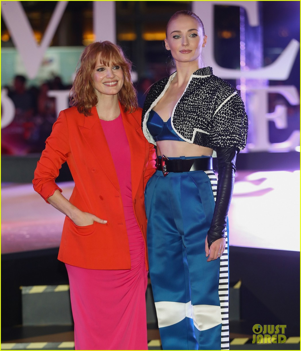 jessica chastain sophie turner team up for dark phoenix fan event in mexico 04